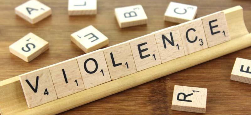 """Photographie d'un jeu de scrabble affichant le mot """"violence"""""""