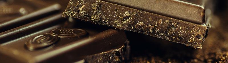 Photographie en gros plan de carré de chocolat noir, un aliment riche en fer.
