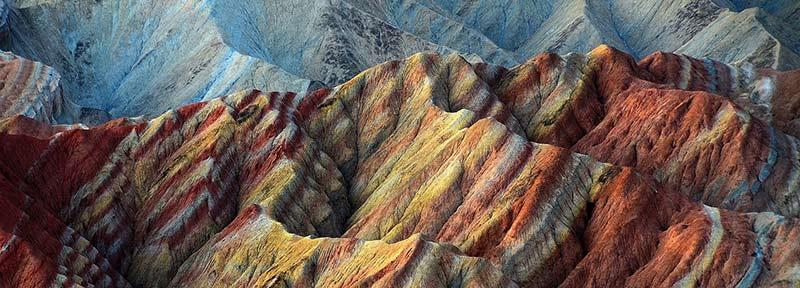 Photographie de roche multicolores prise dans la vallée de la mort aux USA et montrant des strates géologiques minérales. Cette photographie illustre un article sur les minéraux, les acides aminés, les acides gras et les oligo-éléments.