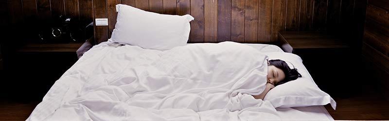 Femme en train de dormir : le café provoque des insomnies