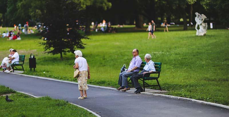 Photographie d'un parce regroupant des seniors en train de se promener : l'arthrose est liée au vieillissement, mais n'est pas une fatalité !