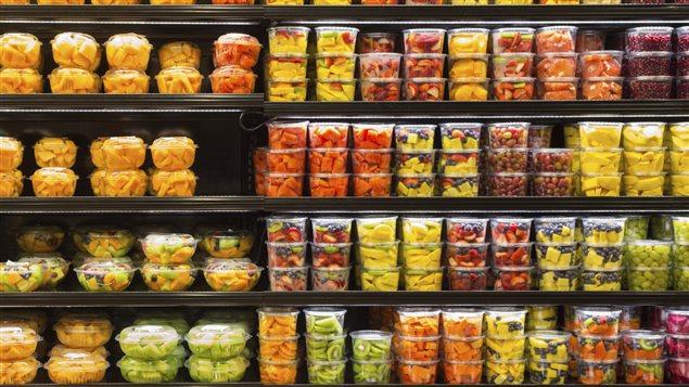 Micronutrition : photographie d'un rayon de supermarché présentant des fruits frais prédécoupés n'ayant plus aucun intérêt nutritionnel du fait de l'oxydation.