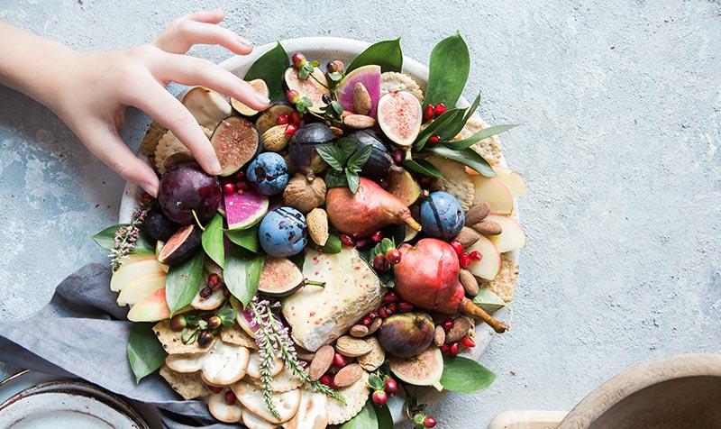 Micronutrition : manger varié parmet de consommer un peu d'aliment de chaqe groupe alimentaire. Photographie d'un plat varié.