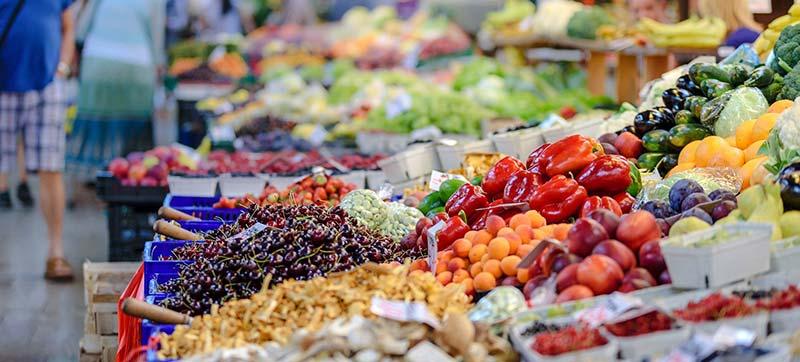 Photographie d'un rayon alimentaire de produits frais au supermarché.