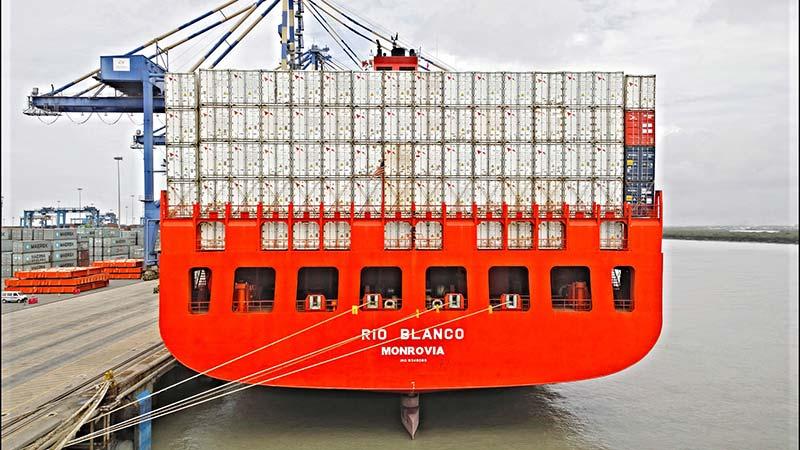 Photographie d'un cargo transportant des containers remplis d'aliments