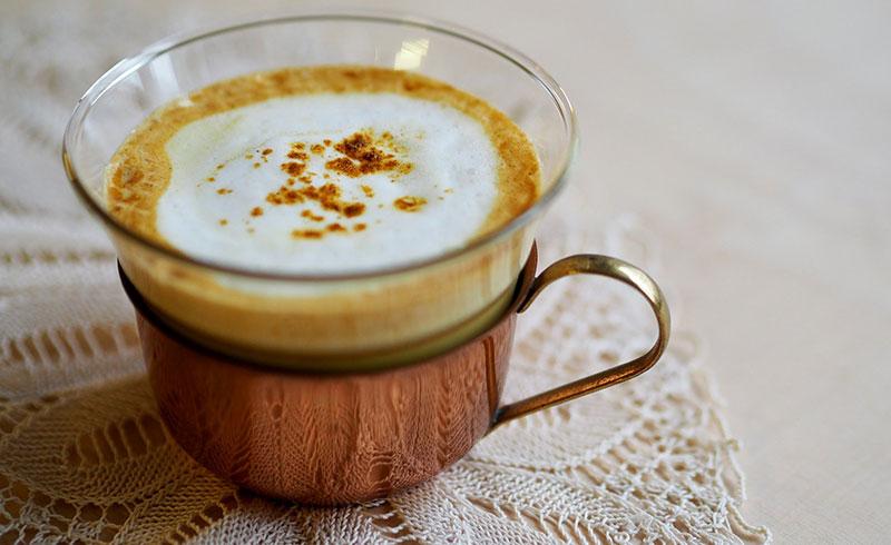 Photogrpahie d'une tasse de café épicé