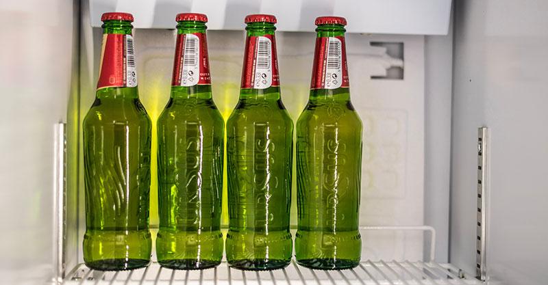 Canettes de bière dans un frigo