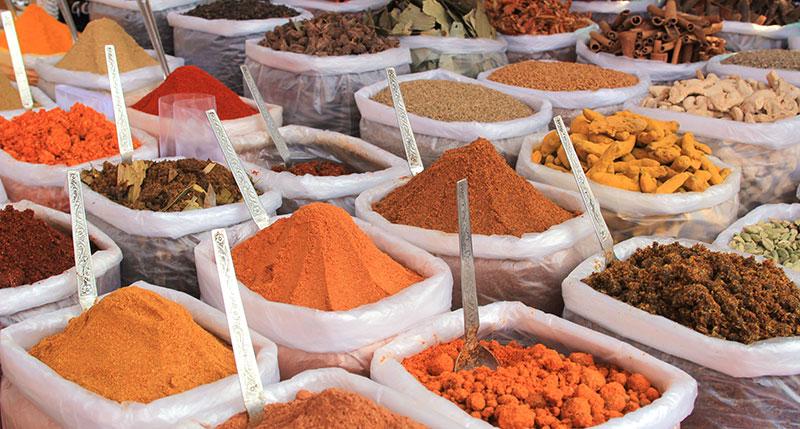 Grande variété d'épices sur un marché en Inde