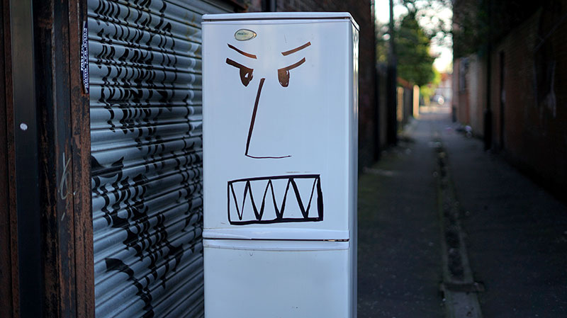 Un frigo sale dans la rue qui montre les crocs