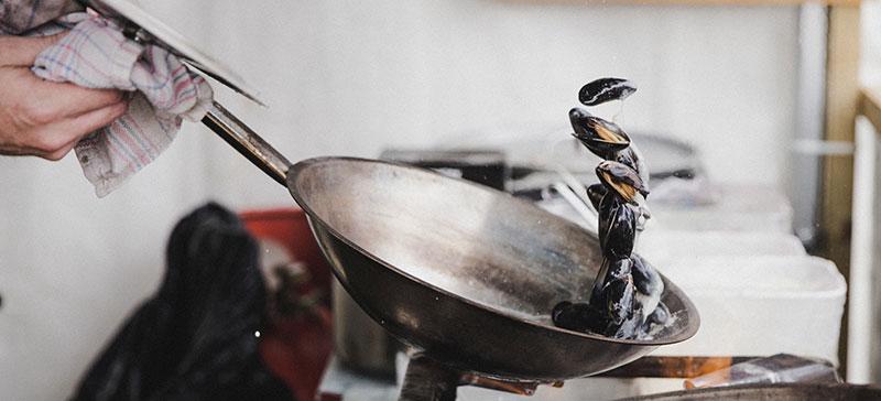 Comment cuire les moules à la poële ?