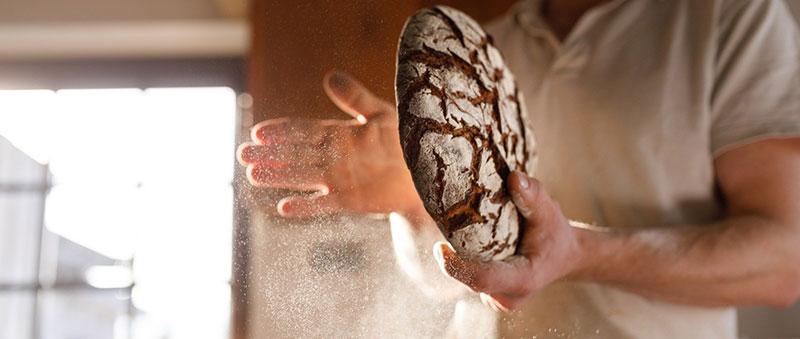 Boulanger en train de créer un pain de seigle