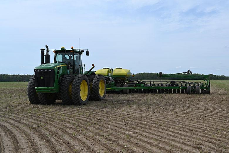 Tracteur épadant du pesticide sur un champ (article Soja)